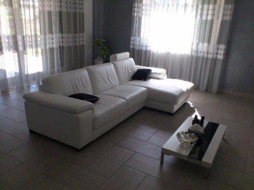 Salone stile moderno con divano a isola nel centro