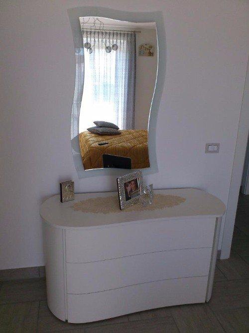 cassettiera e specchiero da camera da letto