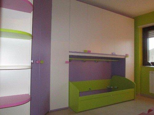 letto e armadio di una camera da letto per bimbi