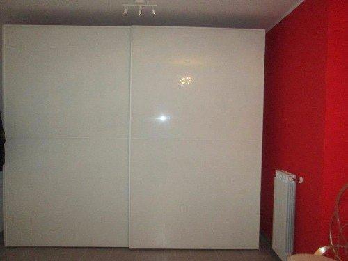 dettaglio di un armadio scorrevole da camera da letto  in stile moderno