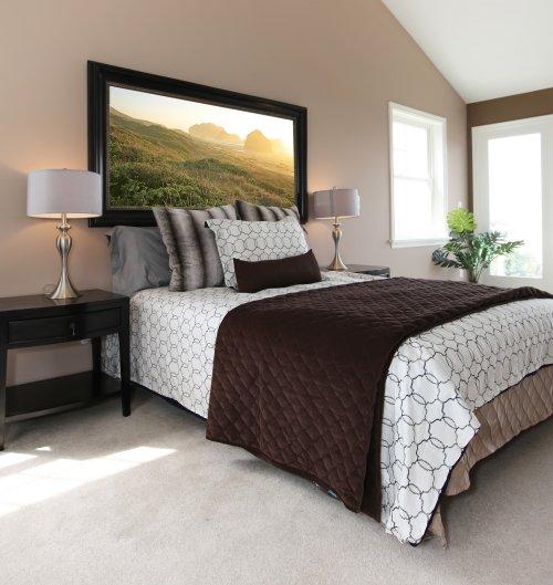una camera da letto matrimoniale elegante