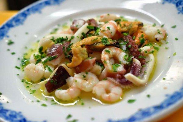 Un  piatto di insalata di mare