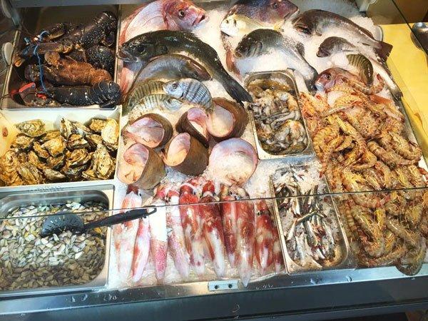 Una vetrina al reparto pescheria con pesce e molluschi