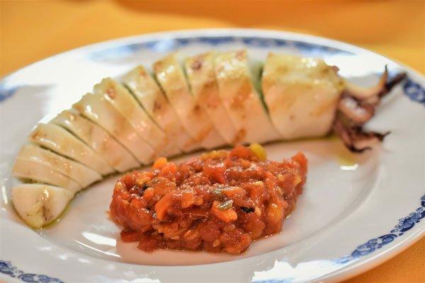 Un piatto a base di pesce e sugo
