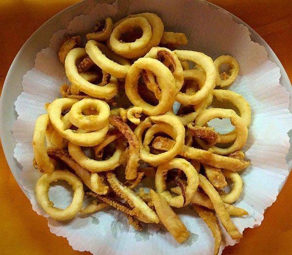 Una ciotola con anelli di calamari fritti