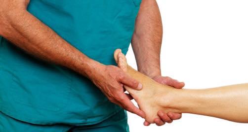 due mani di un uomo che massaggiano il piede di una donna