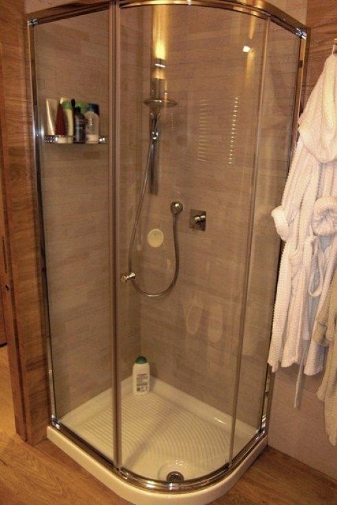La ditta installa docce e rubinetti.