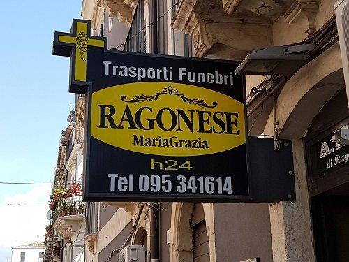 un'insegna con scritto trasporti funebri Ragonese Maria Grazia h24