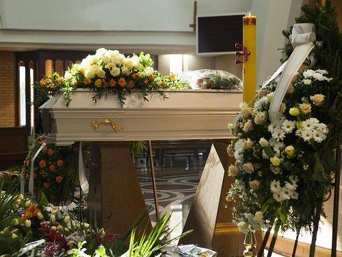 bara in legno con sopra dei fiori e delle composizioni floreali attorno