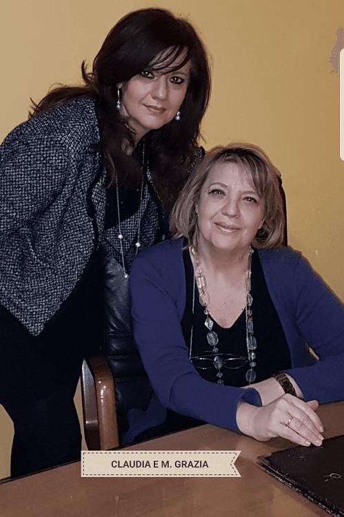 due donne in posa per una foto