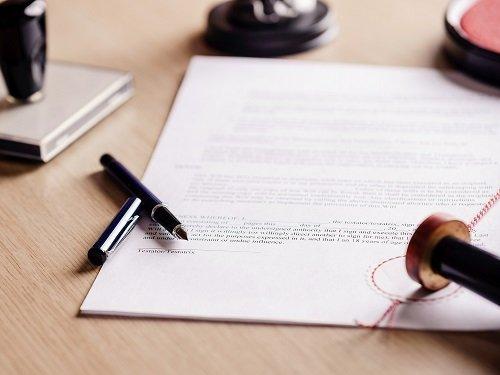 un timbro, una penna e un documento