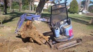 Miniescavatore per aperture scavi per posa in opera tubazioni