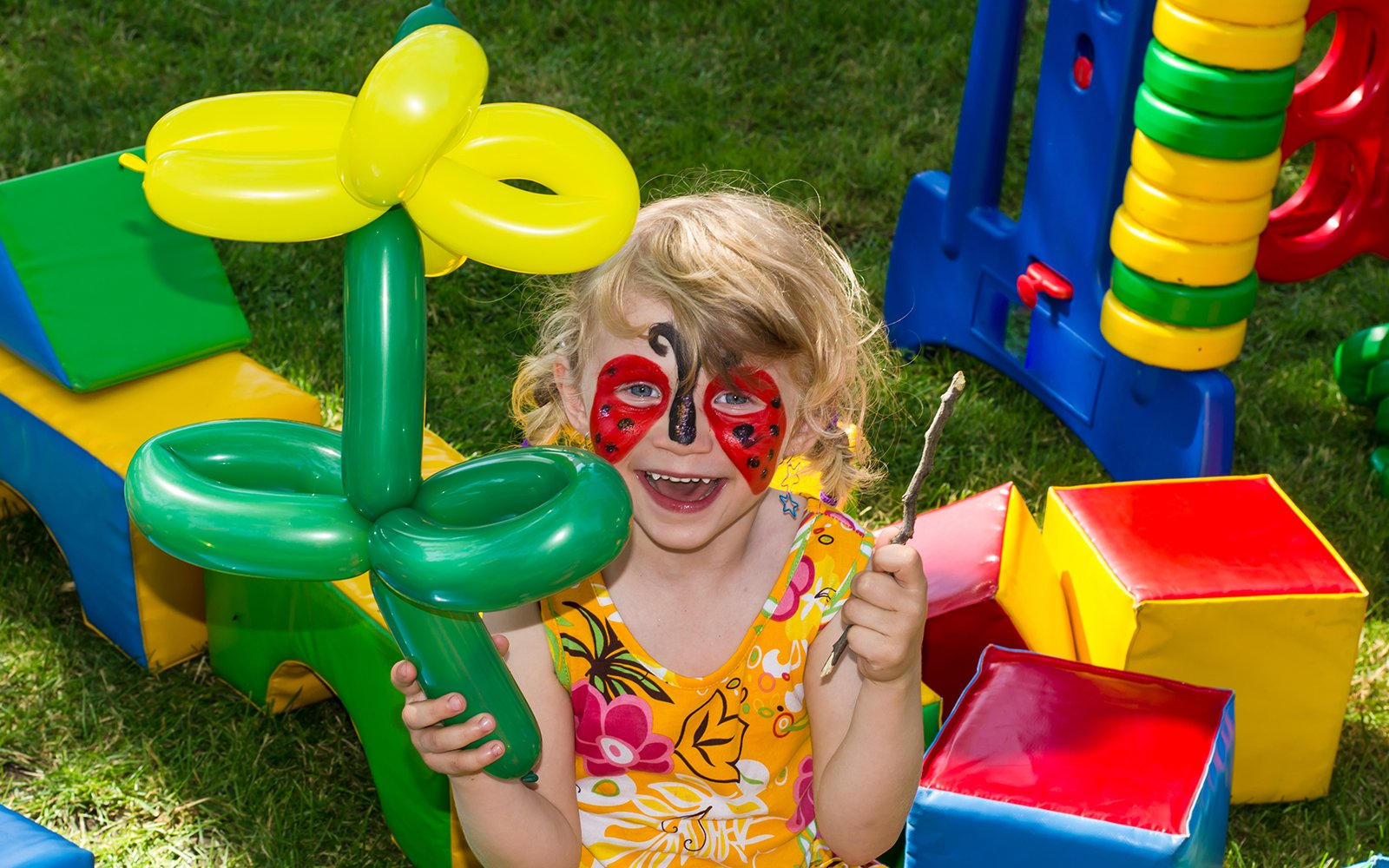 Bambina con pittura a faccia