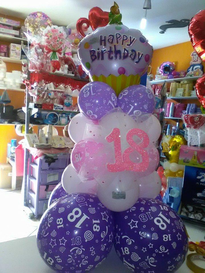 Una pila di palloncini con scritto il numero 18
