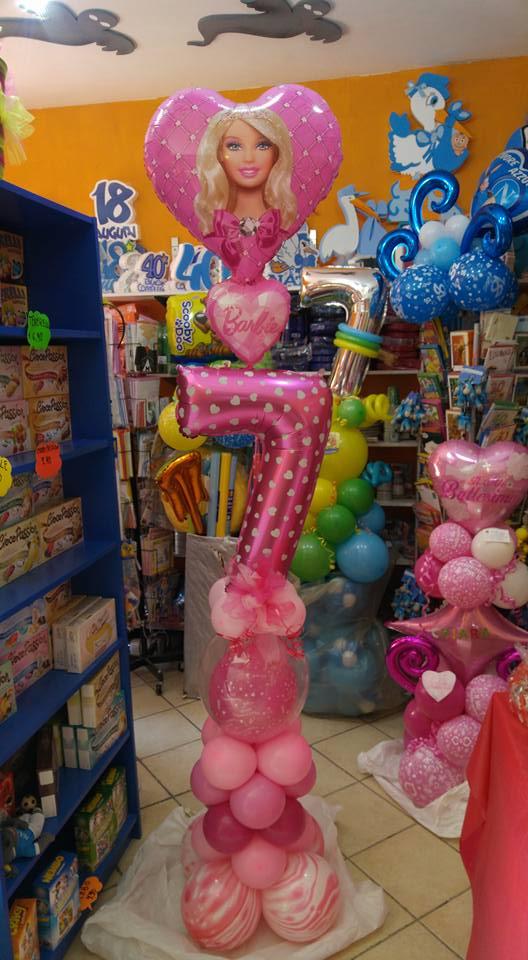 Decorazione con dei palloncini di color rosa e i disegni di Barbie