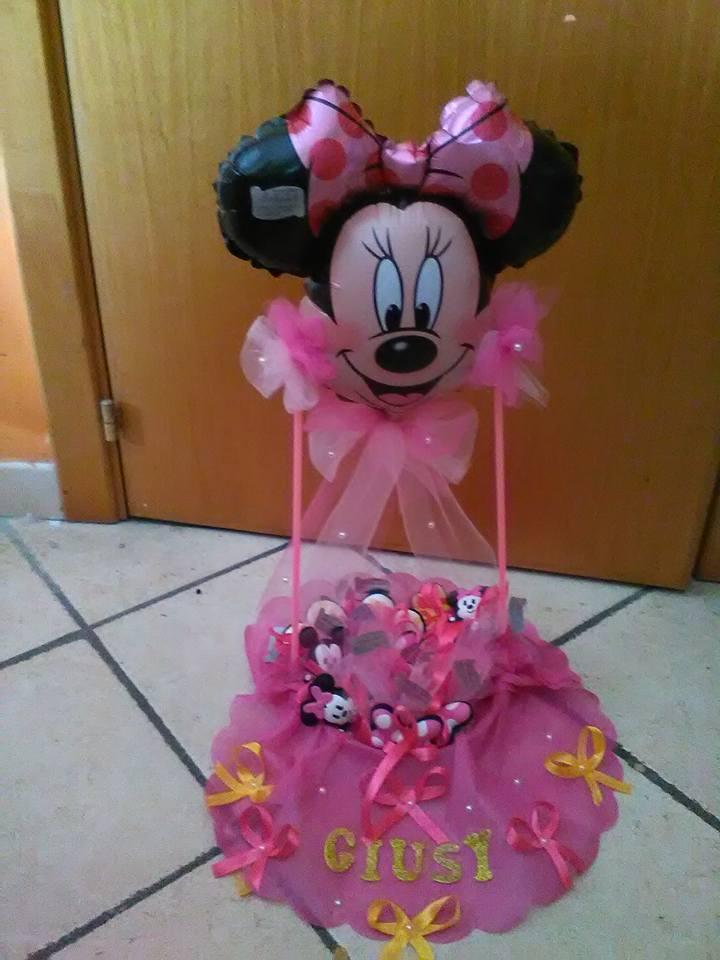 Un cestino con dei pupazzi, fiocchi rosa  e un palloncino a forma di Minnie