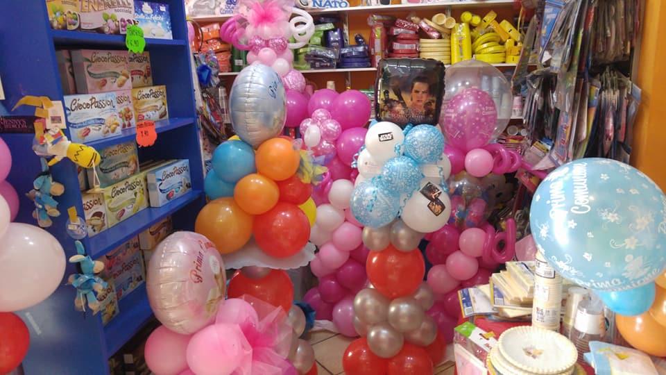 Un insieme di vari tipi di composizioni di palloncini per le feste