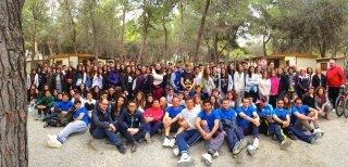un gruppo di persone in posa per una foto in un bosco