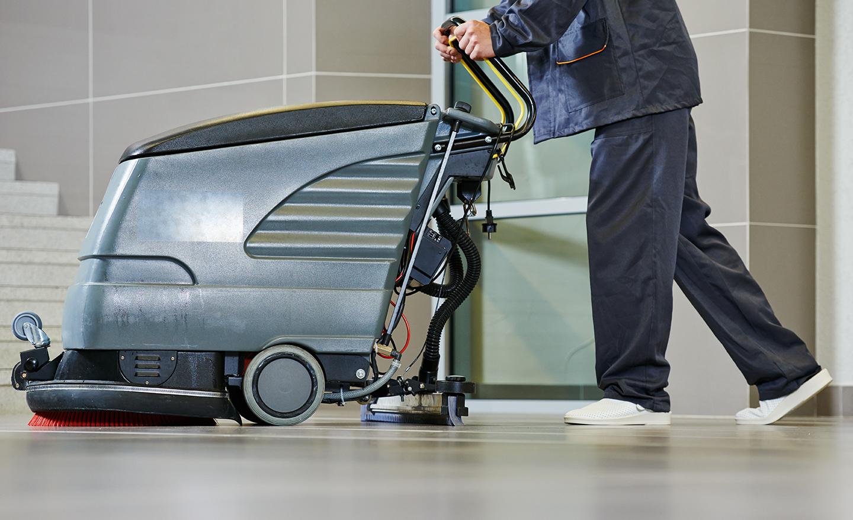 L'esperto pulendo il pavimento con la macchine pulizia a Gussago