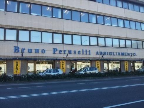 Bruno Peruselli insegna a lettere scatolate in acciaio e illuminazione a led