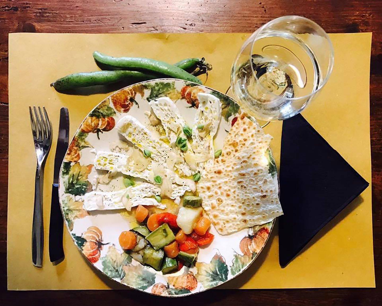 vista dall`alto piatto creativo con pane azimo e verdure