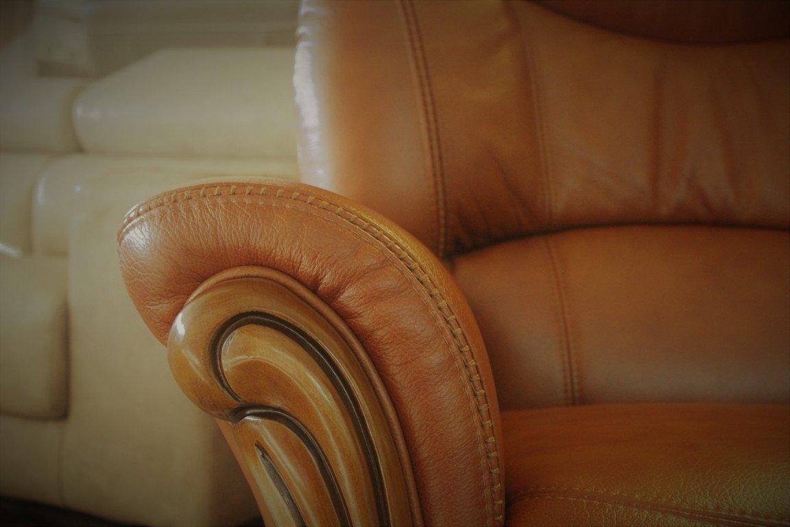 Dettaglio della poltrona classica marrone