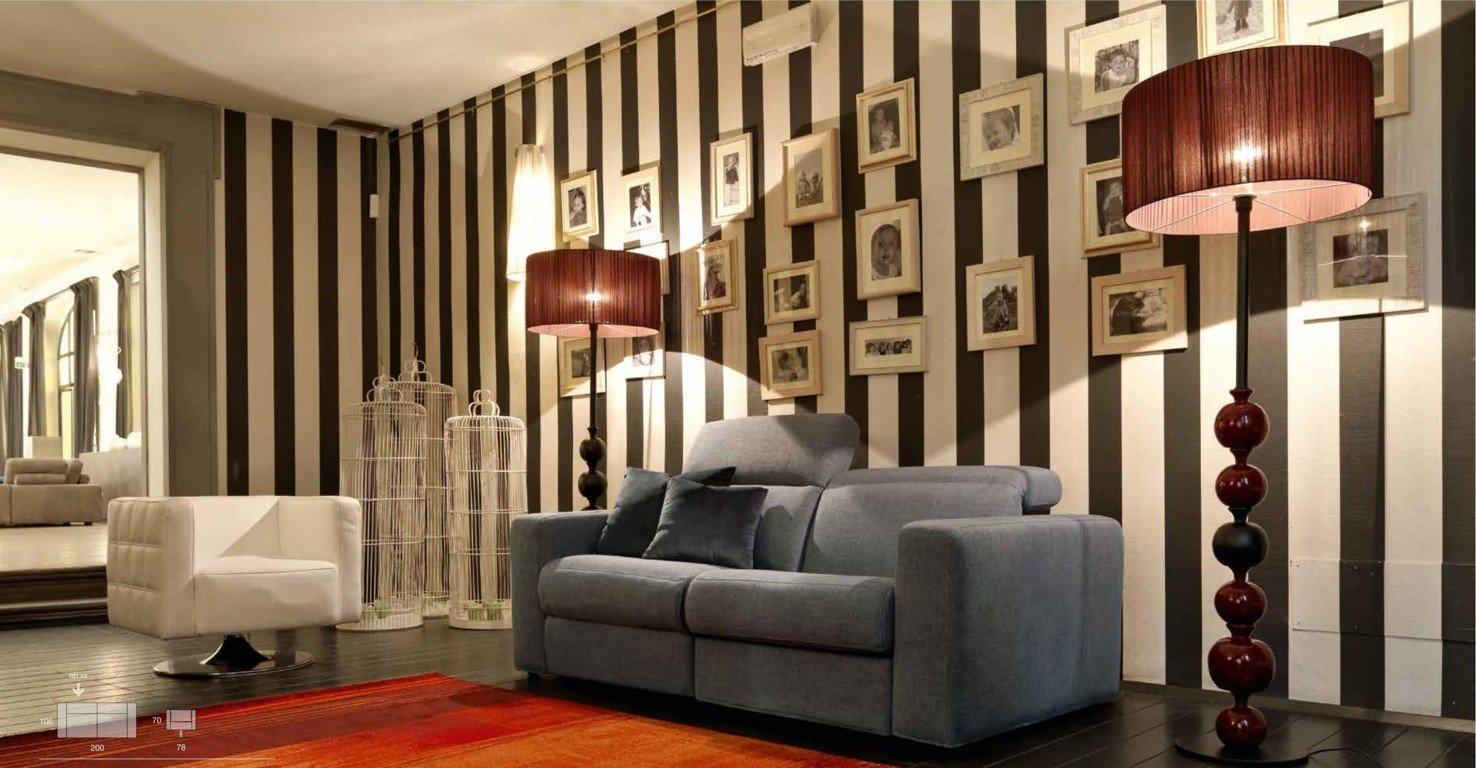 Divano due posti grigio in soggiorno moderno