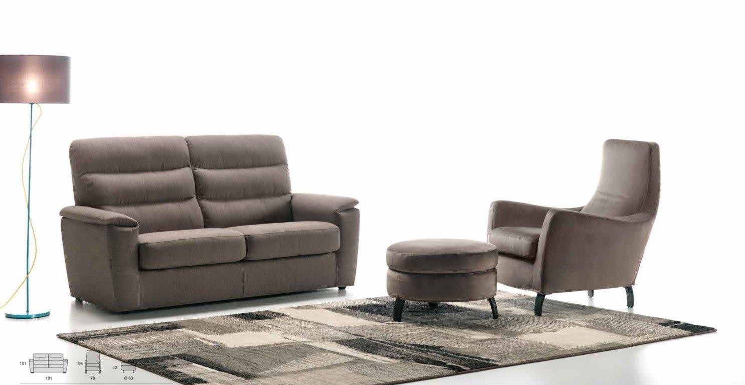 Divano a due posti grigio con poltroncina e tavolino in tessuto