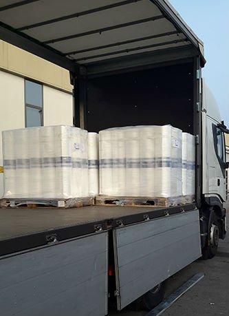 del materiale imballato dentro un camion
