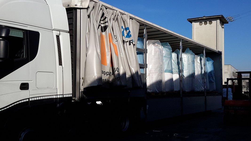 un rimorchio di un camion con del materiale visto di lato
