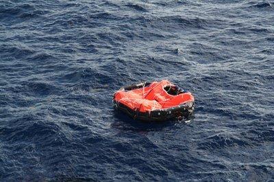 una zattera gonfiabile di salvataggio in mare aperto