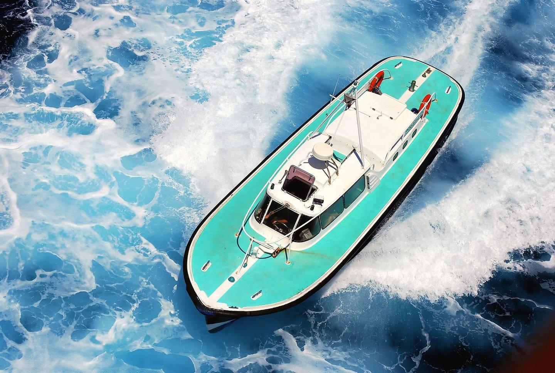 motoscafo bianco e azzurro