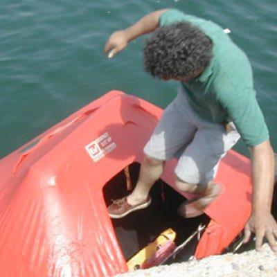 tecnico entra in una scialuppa