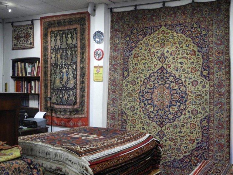 interno di un negozio di tappeti persiani