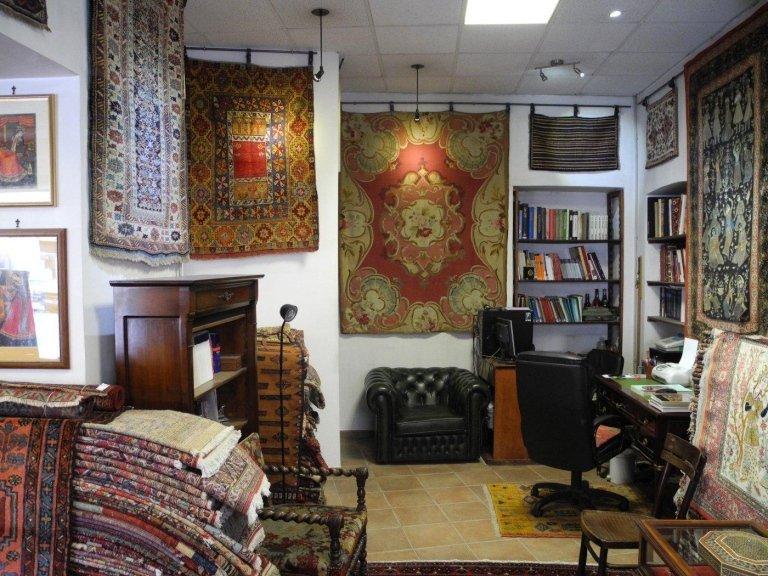 sala del negozio con esposizione tappeti