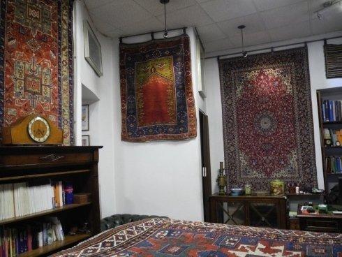 vista angolare di un negozio di tappeti