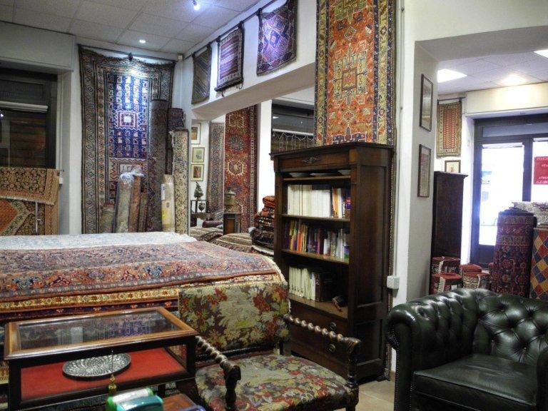 interno di un negozio con esposizione di tappeti persiani
