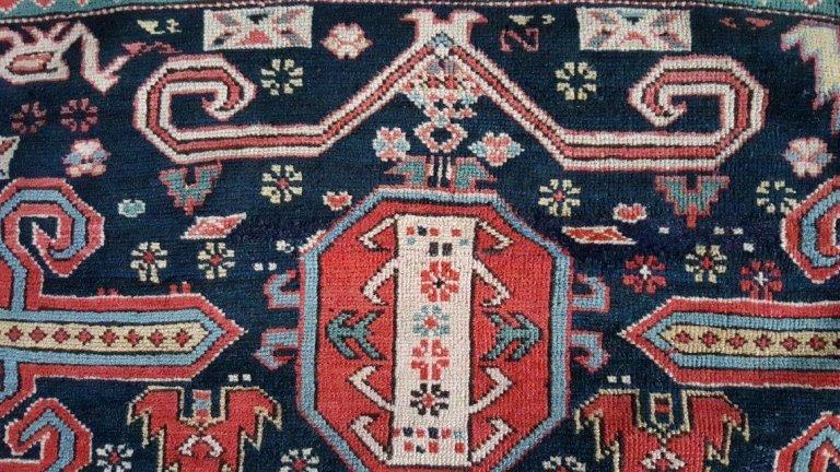 un tappeto blu a disegni rossi visto da vicino