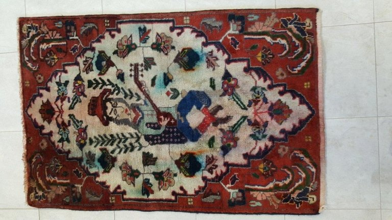 tappeto di colore rosso con un mandolino