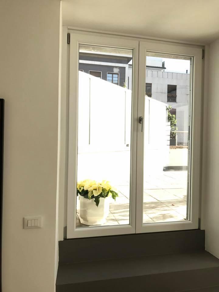 Una porta finestra a doppia anta