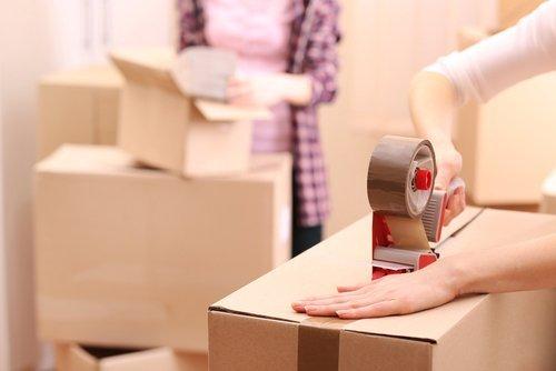 persone che impacchettano scatoloni