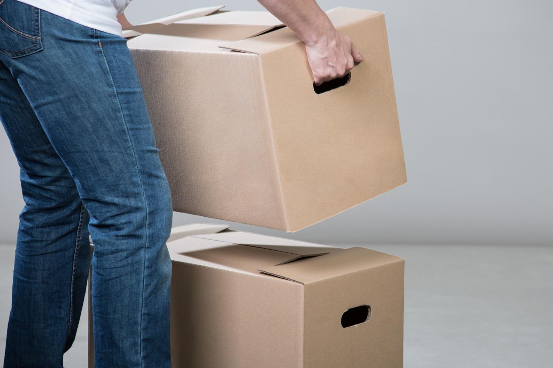 addetto durante lo spostamento di scatoloni