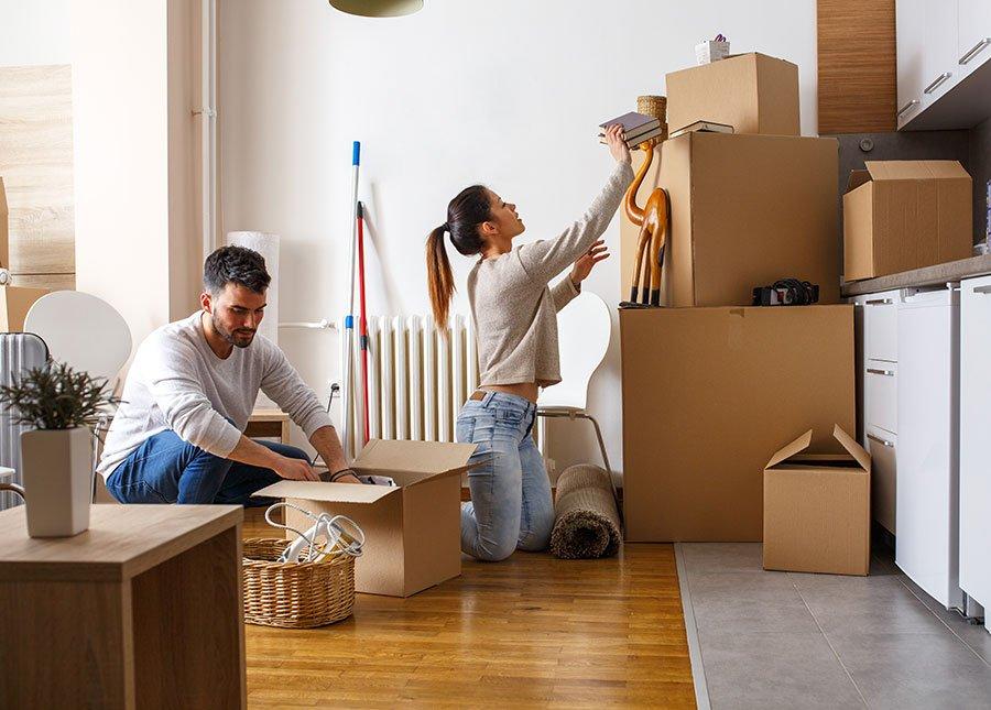 una coppia che fa degli scatoloni per traslocare