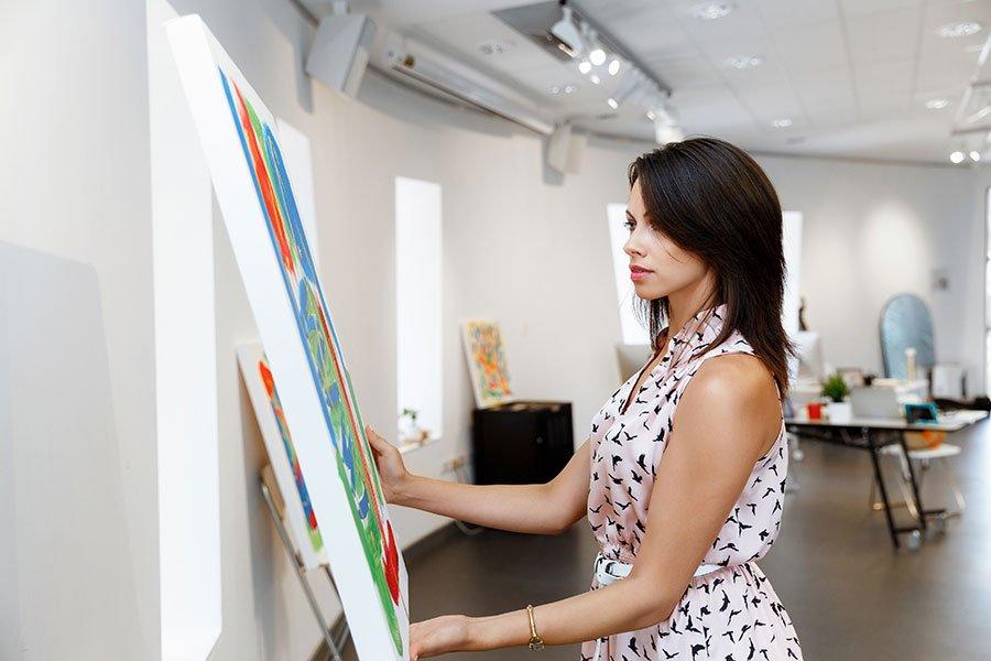 una donna che guarda un disegno su un pannello
