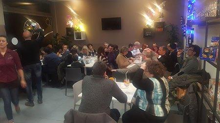 delle persone sedute ai tavoli durante un evento