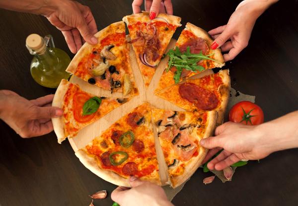 Amici condividono una pizza a Trieste