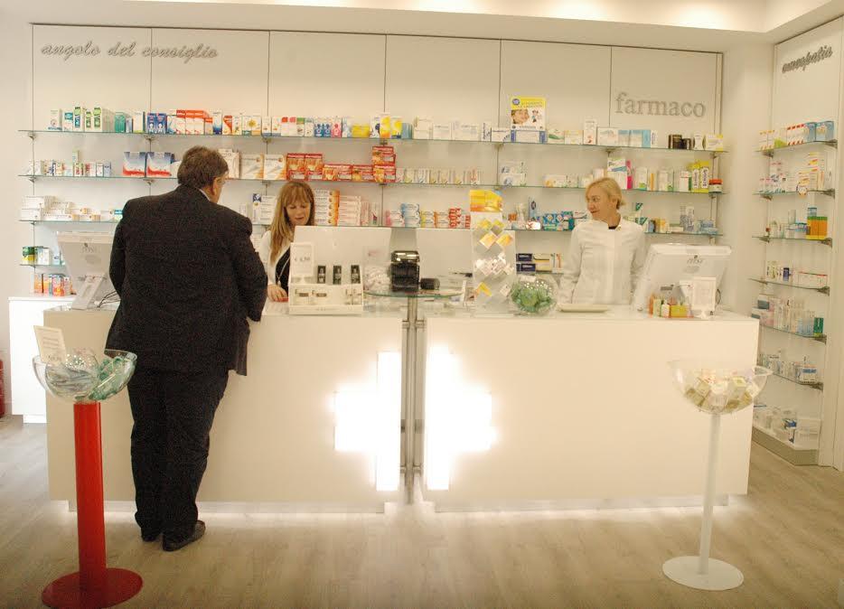 dottoresse della parafarmacia servono i clienti al banco