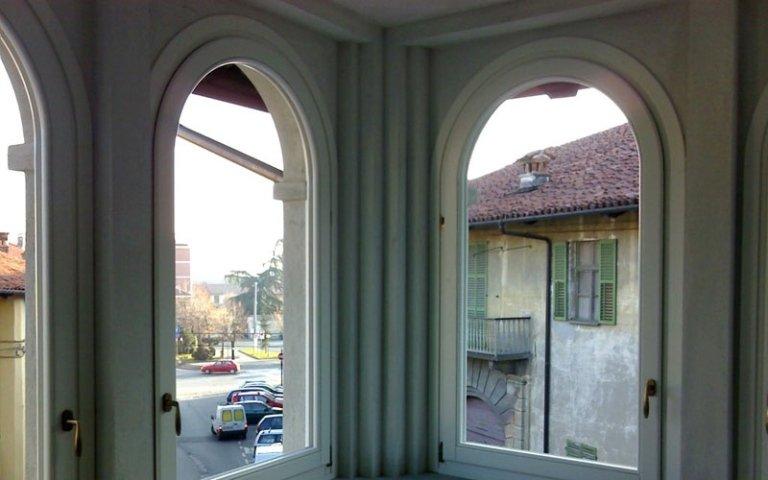 finestra centinata laccata bianca