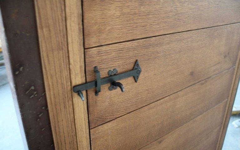 porta in legno con chiavistello