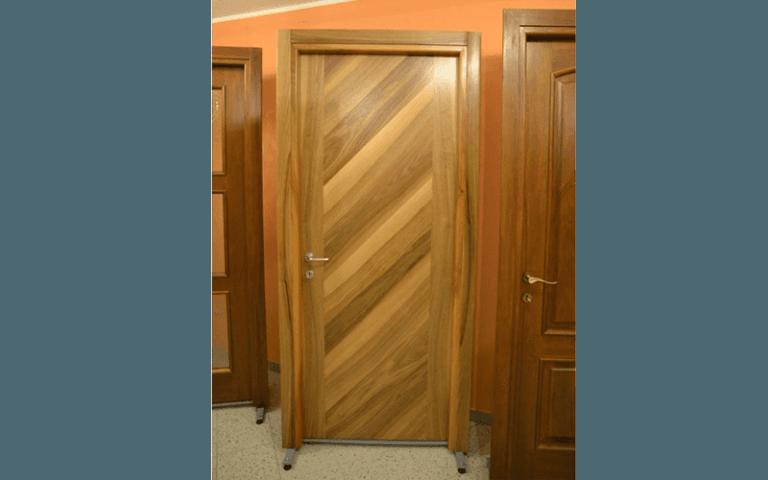 porta con doghe diagonali